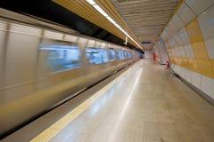 Metropolitana che si avvicina ad una piattaforma immagini stock libere da diritti