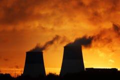 Metropolitana con fumo al tramonto l'inquinamento dell'ambiente immagine stock