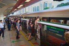 Metropolitana d'imbarco della gente Singapore Fotografia Stock