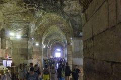 Metropolitana del palazzo di Diocleziano nella spaccatura, con la gente lungo il corridoio Fotografia Stock Libera da Diritti