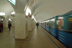 Metropolitana di Mosca, stazione Pushkinskaya, treno Immagini Stock Libere da Diritti