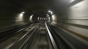 Metropolitana a Torino, Italia Guida del treno di POV nel tunnel del sottopassaggio video d archivio