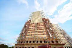 Metropolitane, albero vicino a costruzione di alto edificio Fotografia Stock Libera da Diritti