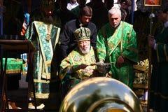 Metropolitanvladimir sanctified Kreuze auf Hauben Stockfoto
