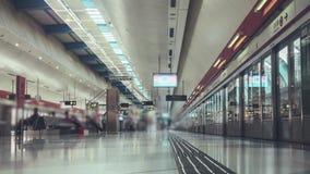 Metropost en Onherkenbare Mensen stock footage