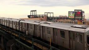 Metros de New York City que entran en el Queens que limpia con un chorro de agua, los E.E.U.U. En noviembre de 2018 almacen de video