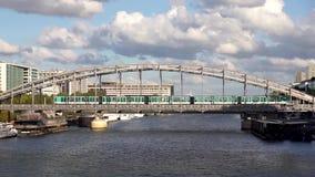 Metroverkehr auf dem Austerlitz-Viadukt - Paris stock video footage