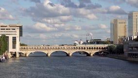 Metroverkehr auf der Bercy-Brücke - Paris stock video
