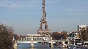 Metroverkehr auf Pont Bir-Hakeim - Paris, Frankreich stock video
