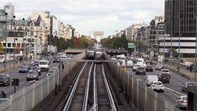 Metroverkehr zwischen La-Verteidigung und Paris - Frankreich stock video footage