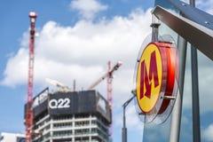 Metrozeichen an der zweiten Linie in Warschau Lizenzfreie Stockfotos