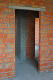 Metselaar die nieuw huis met bakstenen muren, binnenlandse ruimten bouwen Royalty-vrije Stock Afbeeldingen