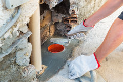 Metselaar, huisreparatie Een bouwvakker die een mes van de troffelstopverf houden royalty-vrije stock afbeelding