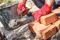 Metselaar met baksteen royalty-vrije stock foto