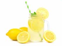 Metselaarkruik limonade met citroenen en stro over wit royalty-vrije stock foto's