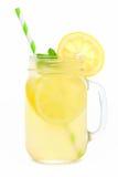 Metselaarkruik limonade met stro op wit wordt geïsoleerd dat stock fotografie