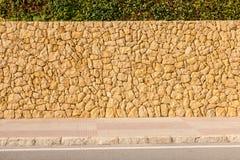 Metselwerkmuur van stenenans bestrating als achtergrond Stock Afbeelding