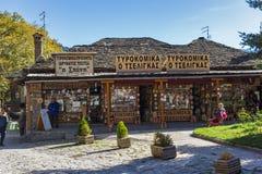 METSOVO, EPIRUS, GRÉCIA - 19 DE OUTUBRO DE 2013: Vista panorâmica da vila de Metsovo perto da cidade de Ioannina, Grécia imagens de stock