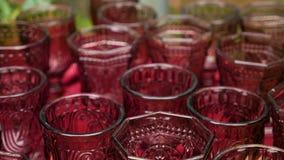Metta è grandi vetri vuoti del vino rosso archivi video