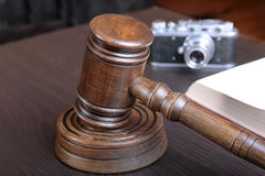Metta all'asta il martello, il simbolo dell'autorità e la macchina fotografica dell'annata Immagini Stock Libere da Diritti