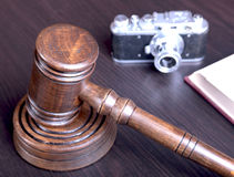 Metta all'asta il martello, il simbolo dell'autorità ed il processo decisionale Immagini Stock