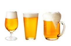 Metta con differenti vetri della birra su bianco Fotografie Stock