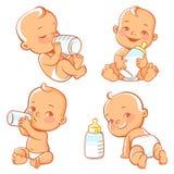 Metta con il piccolo bambino sveglio con la bottiglia di latte Fotografie Stock Libere da Diritti