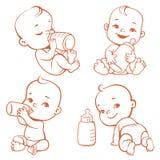 Metta con il piccolo bambino sveglio con la bottiglia di latte Fotografia Stock Libera da Diritti