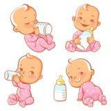 Metta con il piccolo bambino sveglio con la bottiglia di latte Immagini Stock Libere da Diritti
