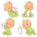 Metta con il piccolo bambino sveglio con la bottiglia di latte Immagine Stock
