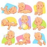 Metta con il piccolo bambino sveglio nelle situazioni differenti Fotografia Stock