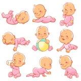 Metta con la piccola neonata sveglia che porta i pigiami rosa Fotografie Stock Libere da Diritti
