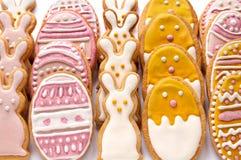 Metta dai biscotti di Pasqua sotto forma dell'uovo Fotografie Stock