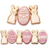 Metta dai biscotti di Pasqua sotto forma dell'uovo Fotografie Stock Libere da Diritti
