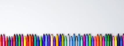 Metta degli indicatori colorati senza cappucci su un fondo bianco con spazio vuoto per inserire fotografia stock
