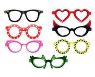 Metta degli occhiali da sole del partito fotografie stock libere da diritti