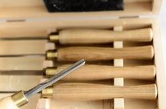 Metta degli strumenti del carpentiere in scatola sulla tavola immagine stock libera da diritti