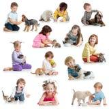 Metta dei bambini con i cani di animali domestici, i gatti, ratto fotografia stock libera da diritti