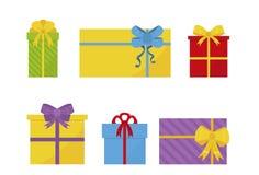 Metta dei contenitori di regalo piani variopinti con gli archi Presente per le feste Elementi anno di nuovo e di natale Progettaz immagini stock libere da diritti