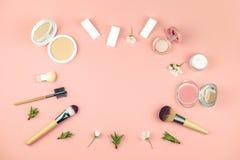 Metta dei cosmetici decorativi per compongono immagine stock