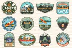 Metta dei distintivi del club del campeggio estivo, della canoa e del kajak Vettore Per la toppa Progettazione con il campeggio,  royalty illustrazione gratis