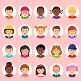 Metta dei fronti dei bambini, gli avatar, nazionalità differente delle teste dei bambini nello stile piano illustrazione vettoriale