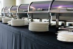 Metta dei piatti bianchi sulla tavola fotografia stock libera da diritti