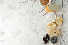 Metta dei prodotti di pulizia naturali ecologici sul tavolo da cucina di legno: senape, soda, oli essenziali, spugna di cellulosa fotografia stock libera da diritti