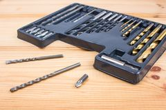 Metta dei taglienti del metallo delle dimensioni differenti per il trapano fotografia stock