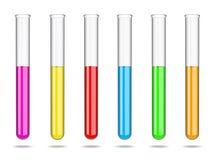 Metta dei tubi di vetro della prova di laboratorio con i liquidi dei colori differenti Ricerche di laboratorio nella chimica e ne fotografia stock libera da diritti