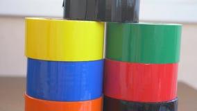 Metta del colorato di scozzese nell'ufficio sullo scrittorio 4K stock footage