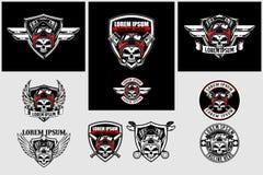 Metta del motociclista del cranio con il modello di logo di vettore del motore e dello schermo del v-gemello royalty illustrazione gratis