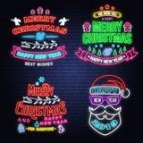 Metta dell'insegna al neon del buon anno e di Buon Natale con Santa Claus, i fiocchi di neve, gli angeli, il Babbo Natale in slit royalty illustrazione gratis
