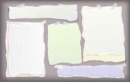 Metta della carta strappata bianca e variopinta del taccuino, nastri di carta di carta per appunti lacerati attaccati con nastro  royalty illustrazione gratis
